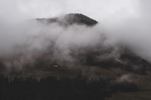 Berg onder wolken