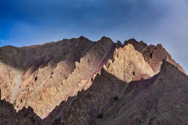 Berg op zonsondergang