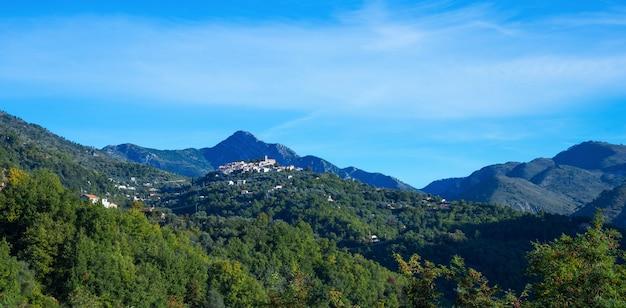 Berg oud dorp coaraze, de kooi d azur van de provence alpes, frankrijk.