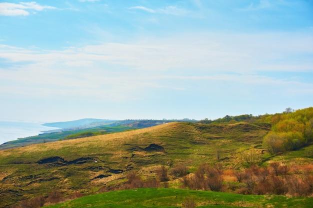 Berg overzeese kust in de herfst tegen de blauwe hemel met wolken.