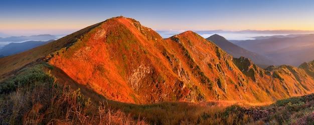 Berg panorama. mooi ochtendzonlicht. herfst landschap. marmarosh, karpaten, ukriana europa