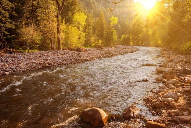 Berg rivier bij zonsondergang
