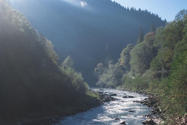 Berg rivier stroom vallei landschap landschap in zomerdag