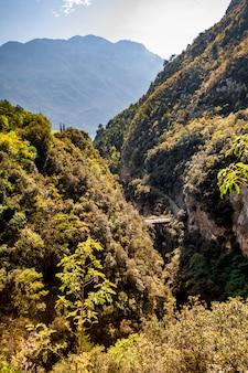 Berg schilderachtig alpien panoramisch landschap, blauwe hemel