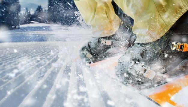 Berg-skiër laarzen in beweging close-up