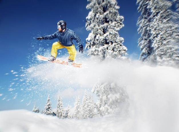 Berg-skiër sprong zijaanzicht buitenshuis