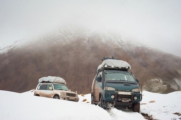 Berg sneeuw weg landschap. 4x4 jeepauto op een bergpas