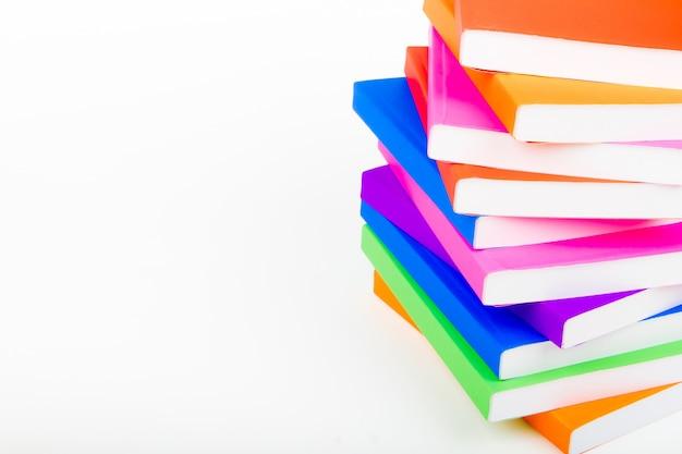 Berg van boeken met een witte achtergrond