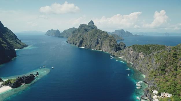 Bergachtig eiland bij luchtfoto van de tropische oceaangolf