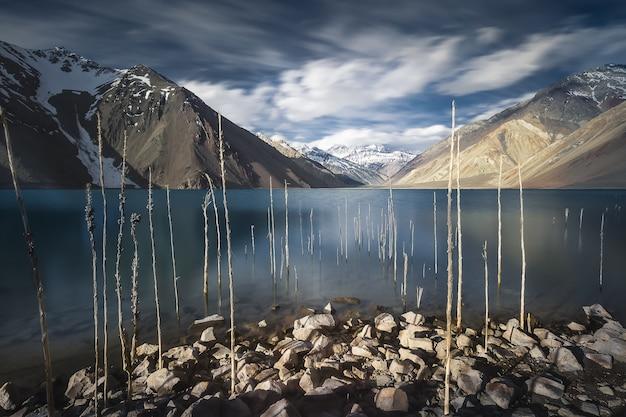 Bergachtig landschap met bewolkte hemel