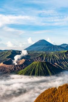 Bergachtig landschap met mist