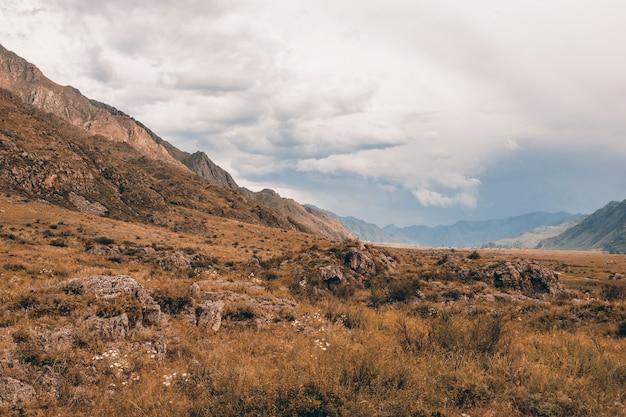 Bergachtig terrein bij bewolkt weer