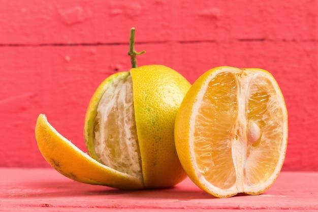 Bergamot-sinaasappels kleuren geel op oud hout