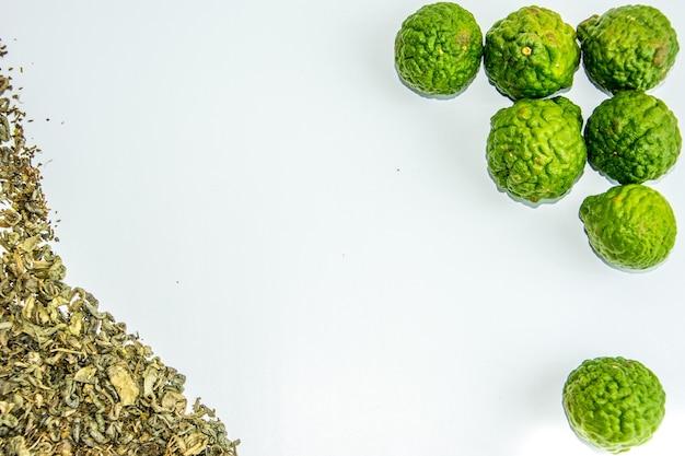 Bergamotfruit en thee. citrus bergamia, de bergamot-sinaasappel is een geurige citrus met een gele of groene kleur vergelijkbaar met limoen.