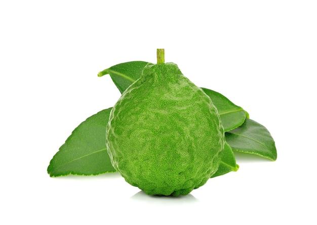 Bergamotfruit met blad dat op witte achtergrond wordt geïsoleerd