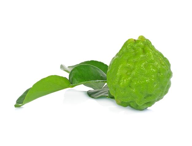 Bergamotfruit met blad op wit wordt geïsoleerd dat