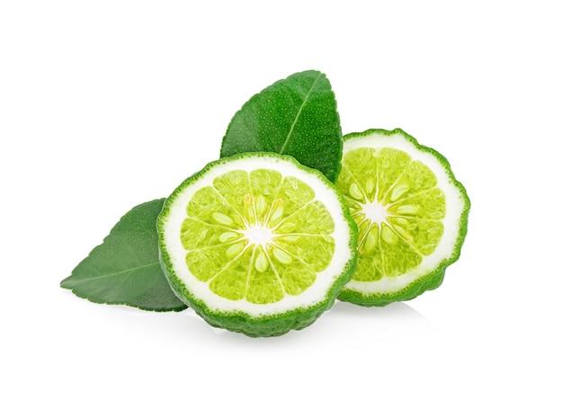 Bergamotfruit met blad op witte muur wordt geïsoleerd die