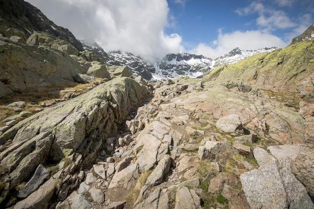 Bergbeklimroute van het gredos-platform naar de grote lagune. circo de gredos in avila, castilla y leon.