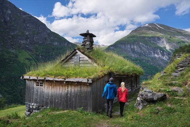 Bergboerderijen langs de geirangerfjorden-fjord