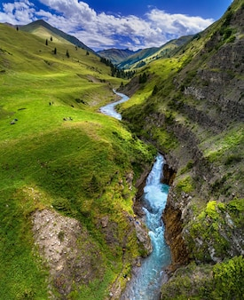 Bergdal met rivier en waterval, vogelperspectief