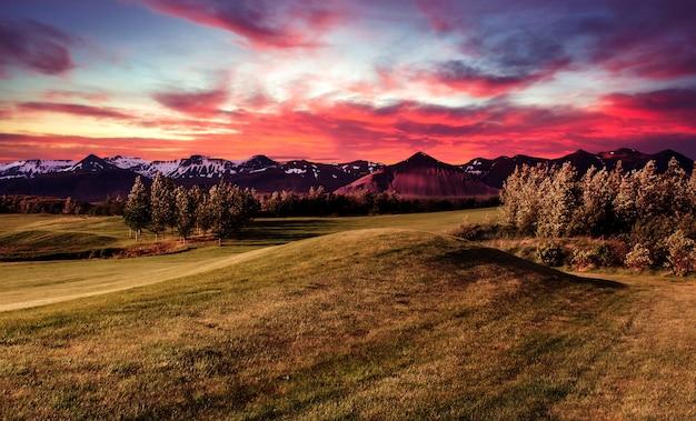 Bergdal tijdens heldere zonsopgang. prachtig natuurlijk landschap