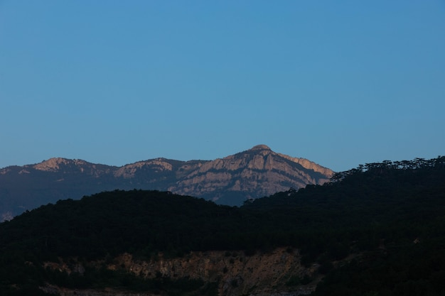Bergdal tijdens zonsopgang. natuurlijk zomerlandschap
