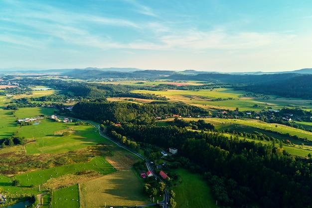 Bergdorp en landbouwvelden, luchtfoto. natuur landschap