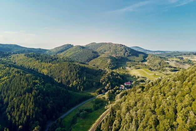 Bergdorp en landbouwvelden luchtfoto natuur landschap