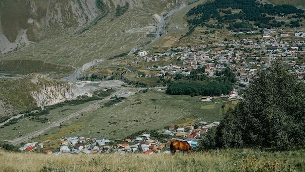 Bergdorp. georgië mooie natuurlijke achtergrond. zomertijd