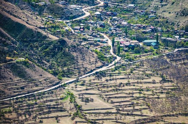 Bergdorp in dagestan. een weg door de vallei. luchtfoto.