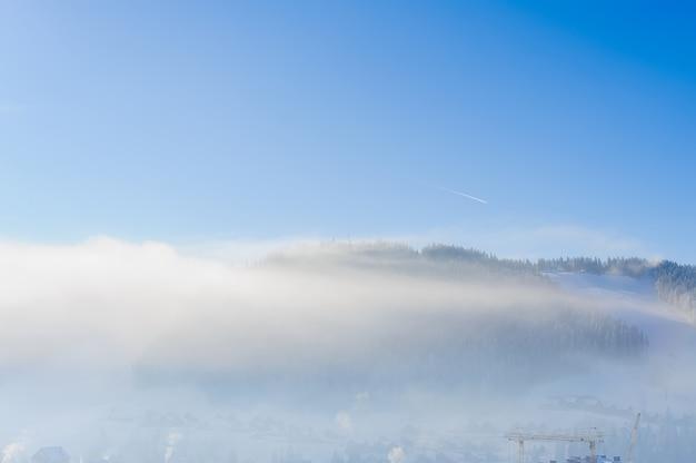 Bergdorp is verborgen door wolken