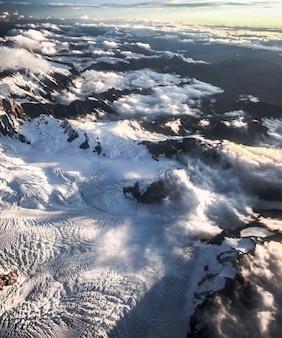 Bergen bedekt met sneeuw en gehuld in wolken luchtfoto franz josef nieuw-zeeland