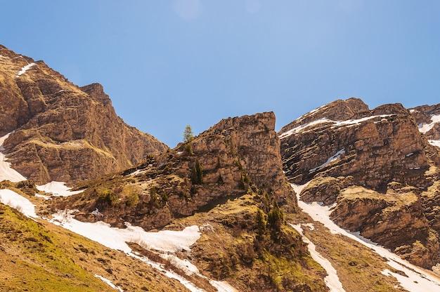 Bergen bedekt met sneeuw in zwitserse alpen, zwitserland