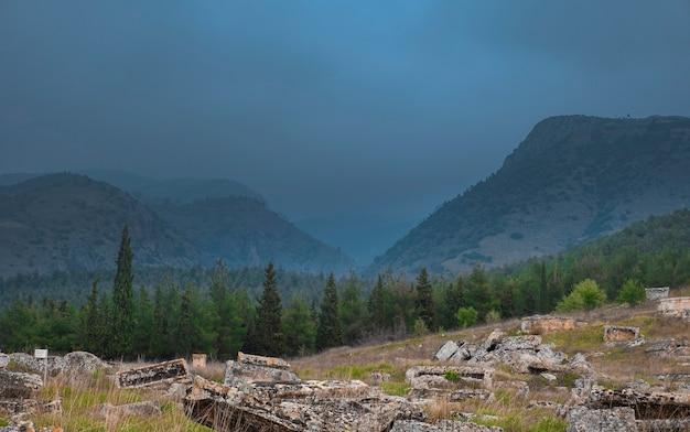 Bergen bij regenachtig weer in de mist, denezli, pammukale in het oude hierapolis in turkije