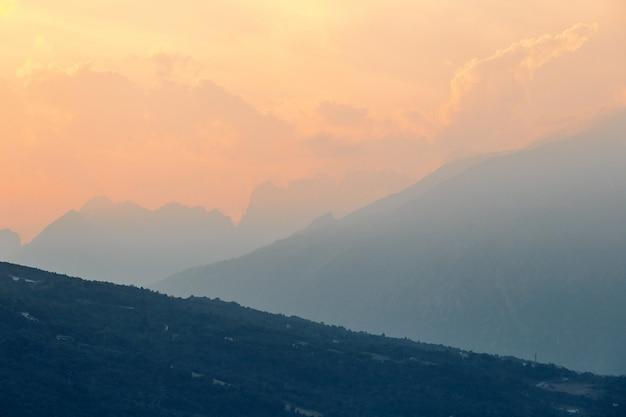 Bergen bij zonsondergang dichtbij santa croce