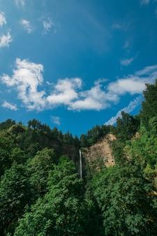 Bergen en blauwe hemel