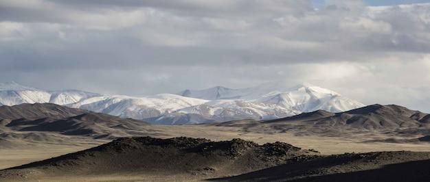 Bergen en blauwe lucht met de natuur in mongolië