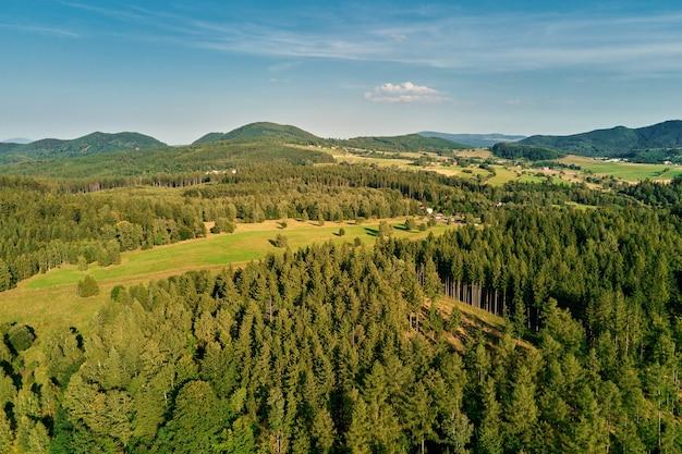 Bergen en groene velden luchtfoto panorama van prachtig landschap
