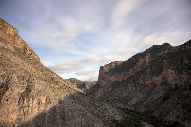 Bergen en heuvels en een blauwe lucht