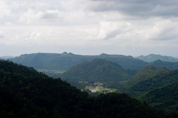 Bergen en luchten in het regenseizoen en natuurlijke schoonheid
