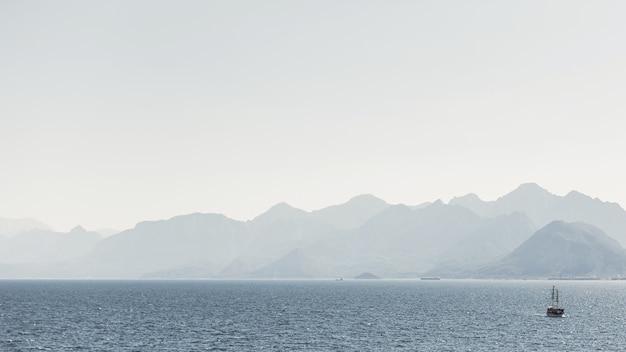 Bergen en oceaan landschap