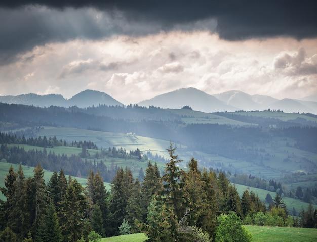 Bergen en onweerswolken in de ochtend