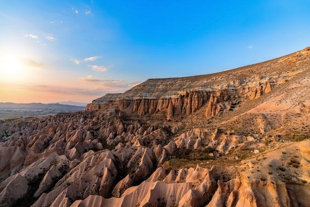 Bergen en rode vallei bij zonsondergang in goreme, cappadocia in turkije.