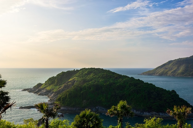 Bergen en zee landschap met blauwe hemel, phuket islands thailand