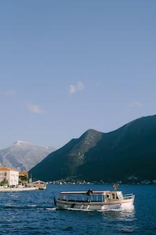 Bergen in de stad perast nabij de baai van kotor. plezier motorboot.