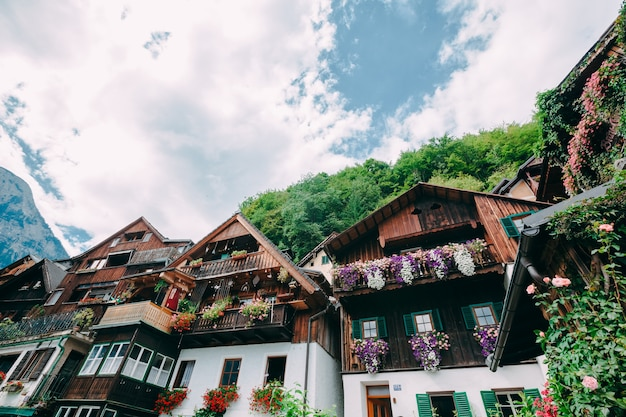 Bergen in dorp hallstatt in de oostenrijkse alpen, regio salzkammergut