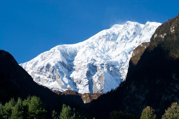 Bergen in himalayagebergte, bergenmening op annapurna-circuittrek, nepal