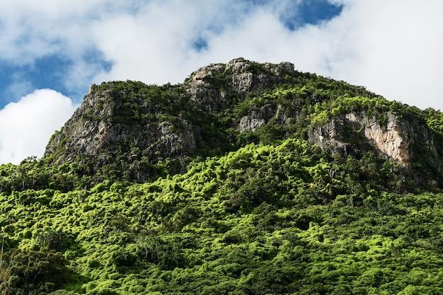 Bergen, kliffen en blauwe luchten in het regenseizoen van thailand.