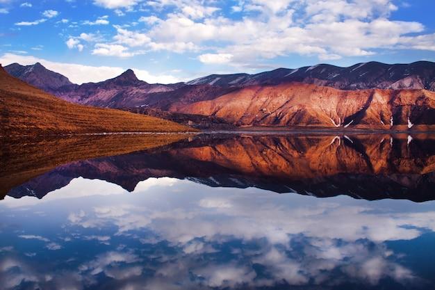 Bergen met hun weerspiegeling op het meer