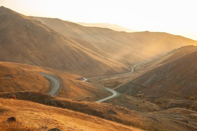 Bergen met wegen bij zonsondergang